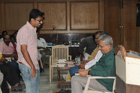 ஈரோடு விஜயராகவனின் மகன் அஸ்வத், வினாடிவினா போட்டியில் பரிசுபெறுகிறார்